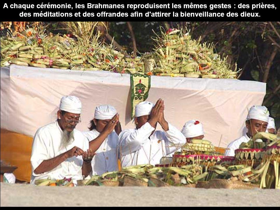 A chaque cérémonie, les Brahmanes reproduisent les mêmes gestes : des prières, des méditations et des offrandes afin d attirer la bienveillance des dieux.