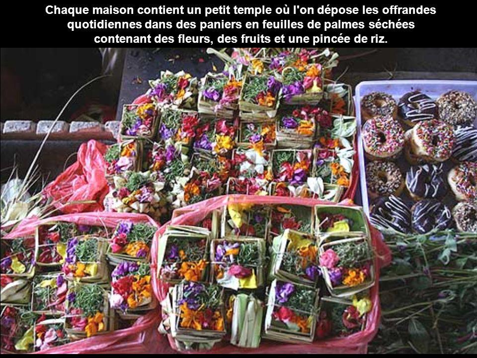 Chaque maison contient un petit temple où l on dépose les offrandes quotidiennes dans des paniers en feuilles de palmes séchées contenant des fleurs, des fruits et une pincée de riz.