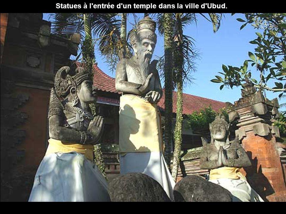 Statues à l entrée d un temple dans la ville d Ubud.