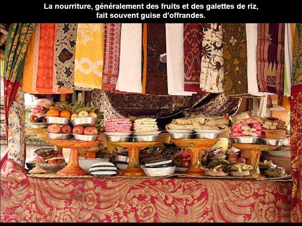 La nourriture, généralement des fruits et des galettes de riz, fait souvent guise d offrandes.