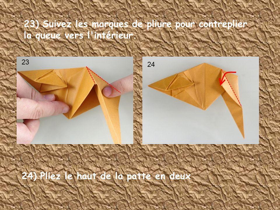 23) Suivez les marques de pliure pour contreplier la queue vers l'intérieur. 23 24 24) Pliez le haut de la patte en deux
