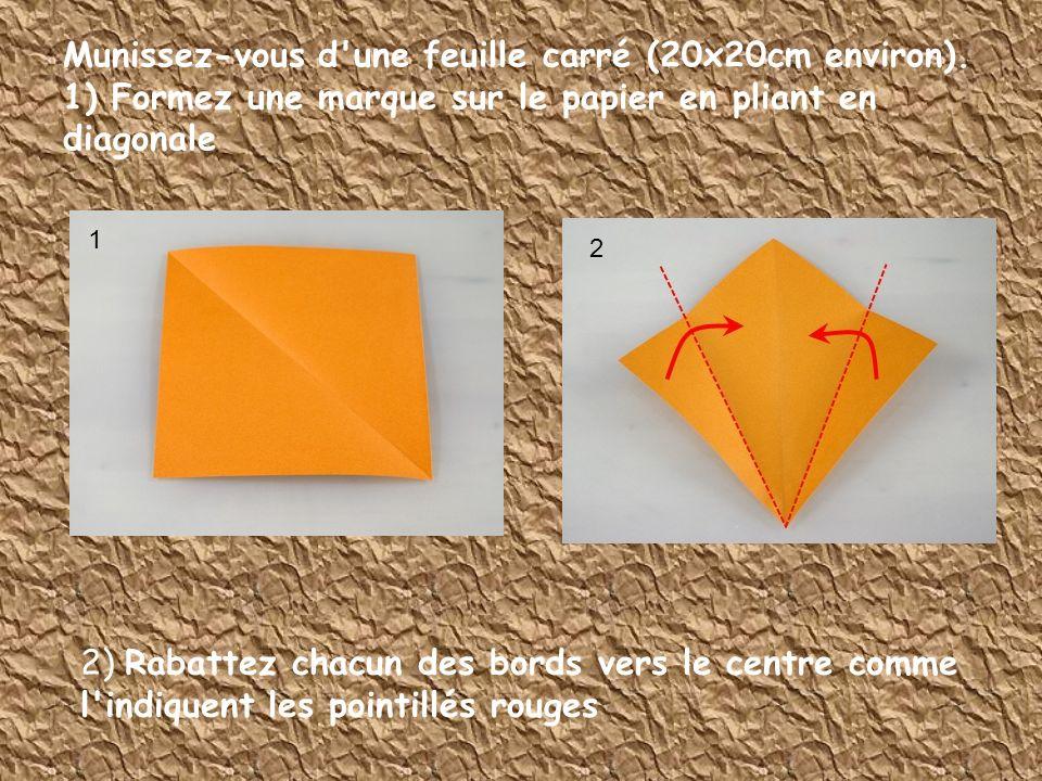 Munissez-vous d'une feuille carré (20x20cm environ). 1) Formez une marque sur le papier en pliant en diagonale 2) Rabattez chacun des bords vers le ce