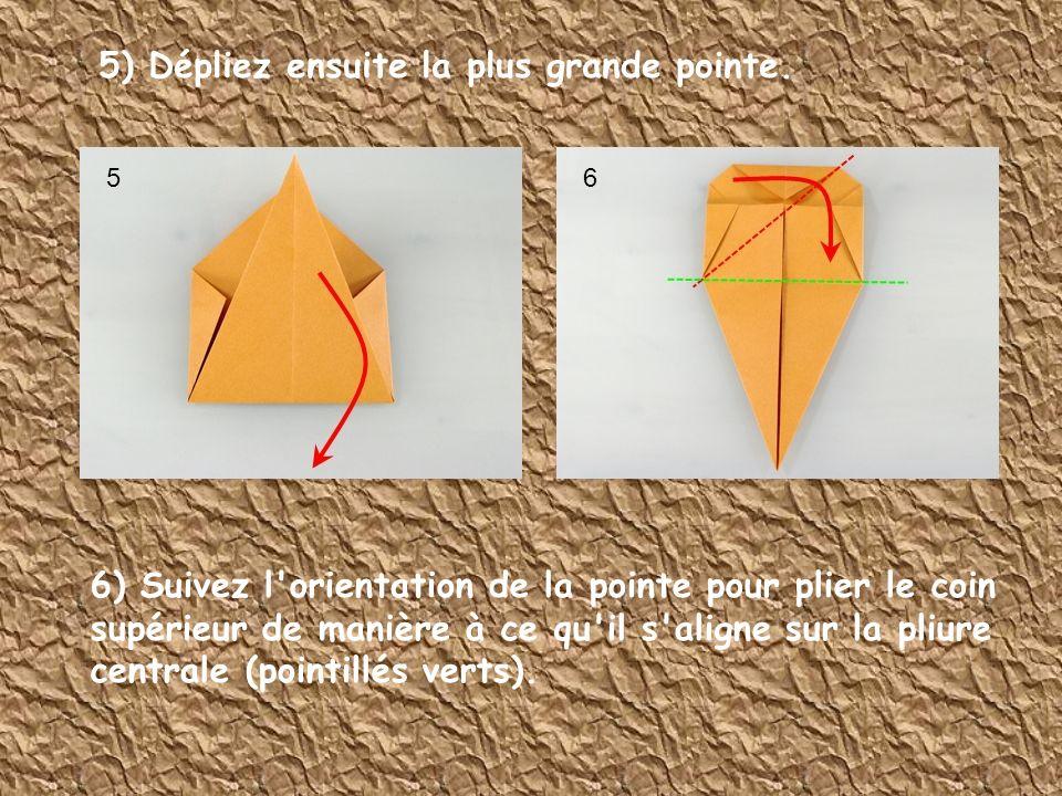 5) Dépliez ensuite la plus grande pointe. 6) Suivez l'orientation de la pointe pour plier le coin supérieur de manière à ce qu'il s'aligne sur la pliu