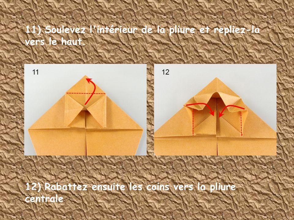 11) Soulevez l'intérieur de la pliure et repliez-la vers le haut. 12) Rabattez ensuite les coins vers la pliure centrale. 1112