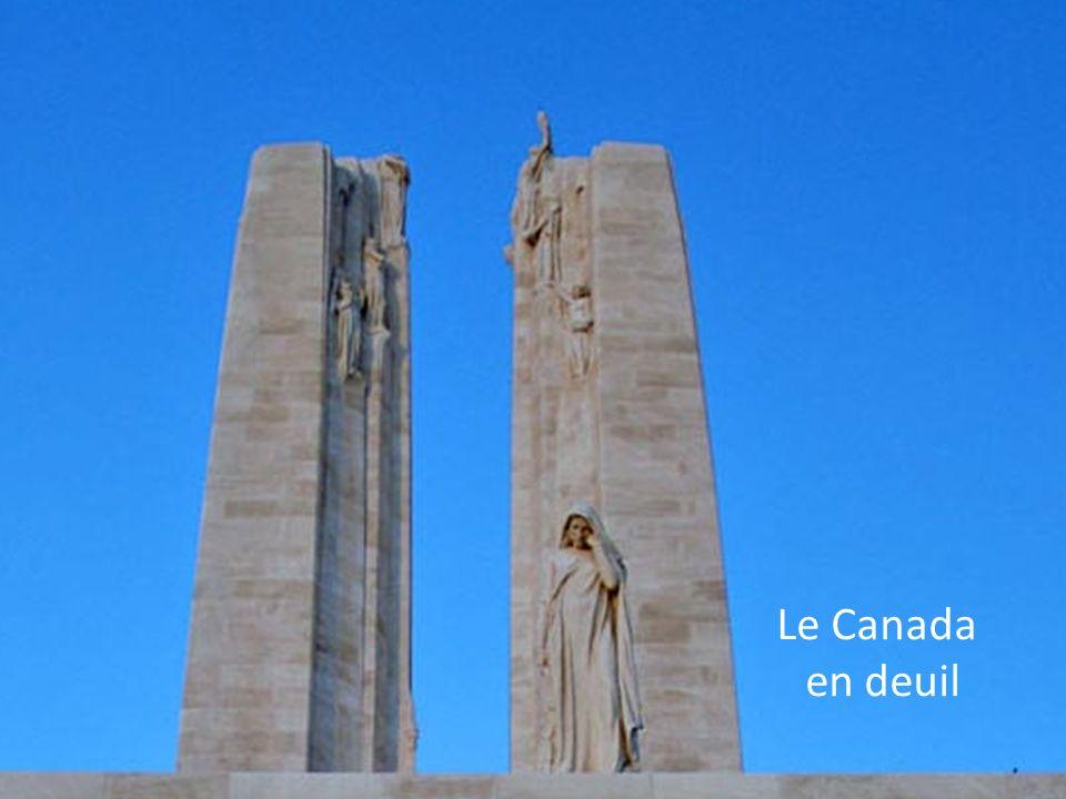 Sur les parois du monument, sont gravés les noms des onze mille deux cent vingt cinq soldats Canadiens « manquants à lappel » et présumés morts en Fra