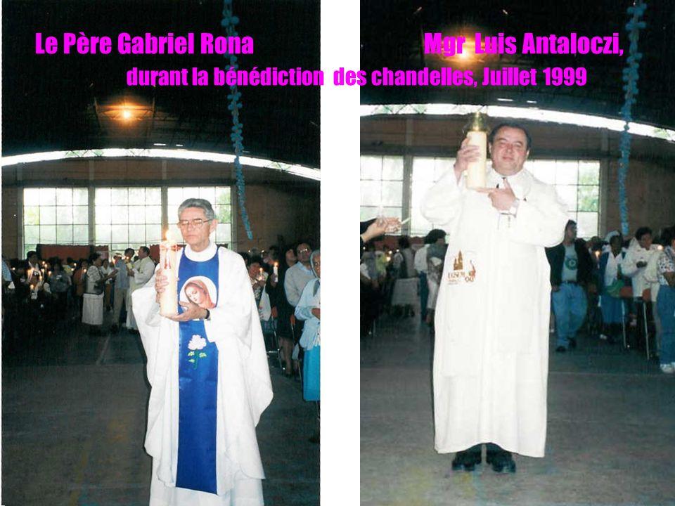 13 Le Père Gabriel Rona Mgr Luis Antaloczi, durant la bénédiction des chandelles, Juillet 1999