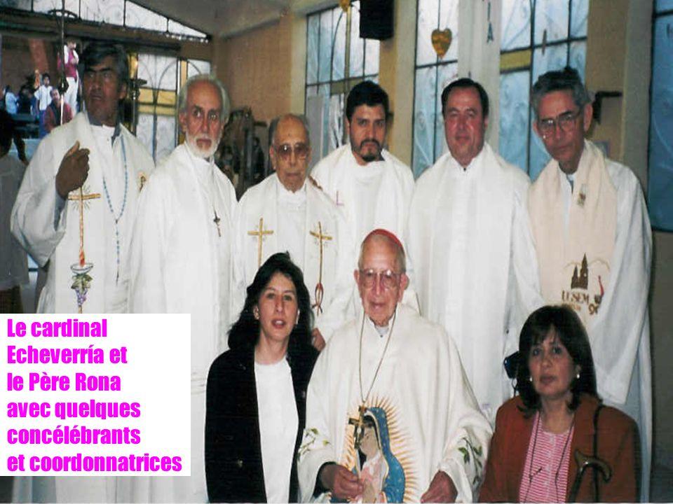 14 Le cardinal Echeverría et le Père Rona avec quelques concélébrants et coordonnatrices