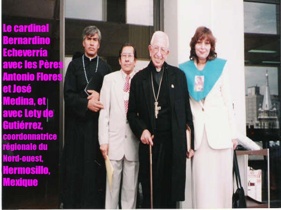 15 Le cardinal Bernardino Echeverría avec les Pères Antonio Flores et José Medina, et avec Lety de Gutiérrez, coordonnatrice régionale du Nord-ouest, Hermosillo, Mexique