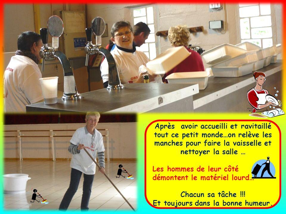 Après avoir accueilli et ravitaillé tout ce petit monde…on relève les manches pour faire la vaisselle et nettoyer la salle … Les hommes de leur côté démontent le matériel lourd… Chacun sa tâche !!.