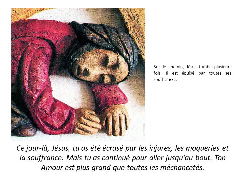 Sur le chemin, Jésus tombe plusieurs fois.Il est épuisé par toutes ses souffrances.