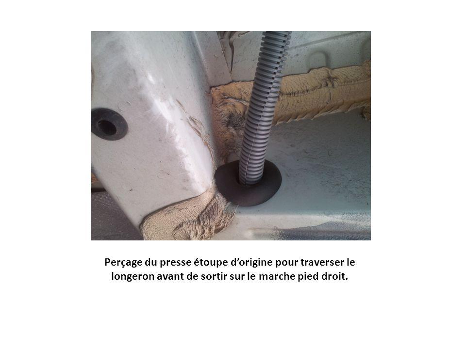 Sortie des 2 câbles à travers le presse étoupe dorigine percé coté gauche du marche pied droit.