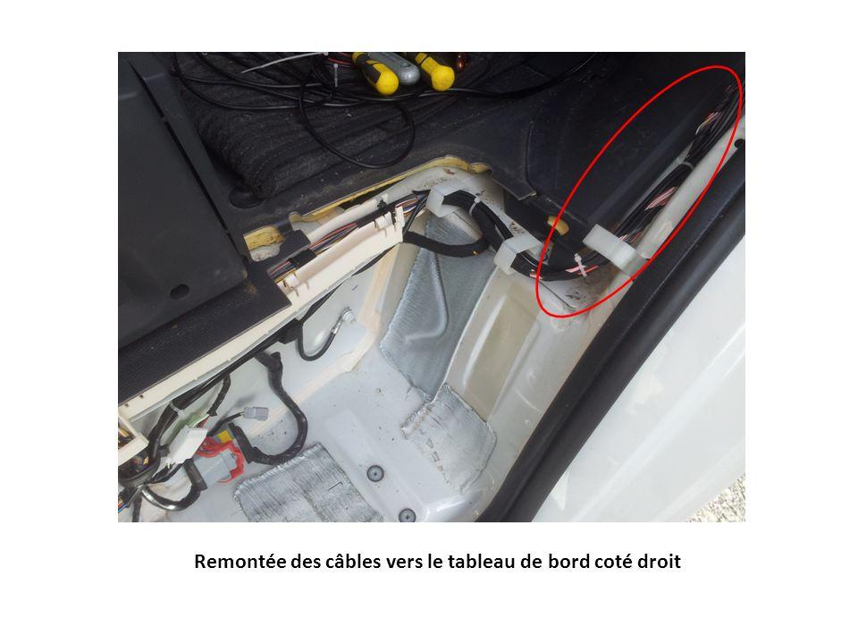 Passage des câbles sous boite à gants supérieurs, puis sous support documents