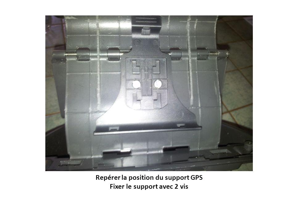 Découper la grille pour passer les câbles dalimentation et vidéo Mettre en place le support document