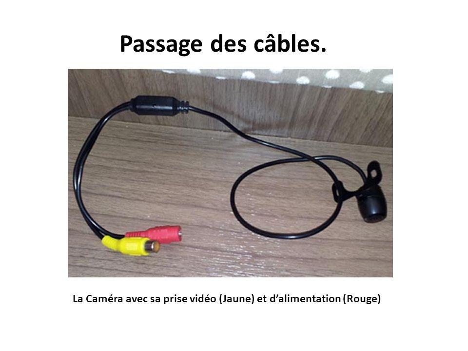 Câbles vidéo (Jaune) et dalimentation (Rouge) des caméras dans le placard du haut.