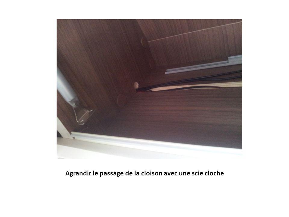 Perçage de la cloison inférieure dans le placard de coin