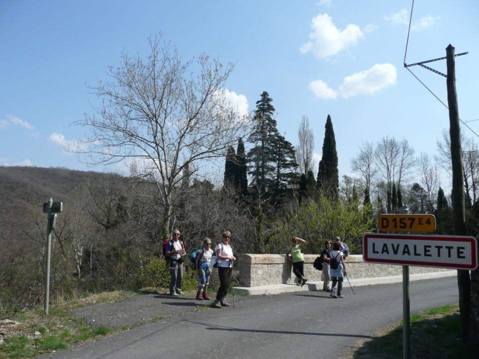 Au détour du chemin, apparaît le château de Lavalette