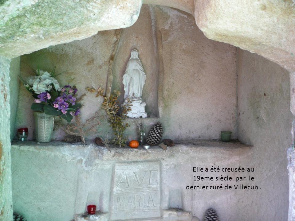 il s agit d une toute petite chapelle troglodyte, taillée dans un bloc de grès au milieu d une clairière
