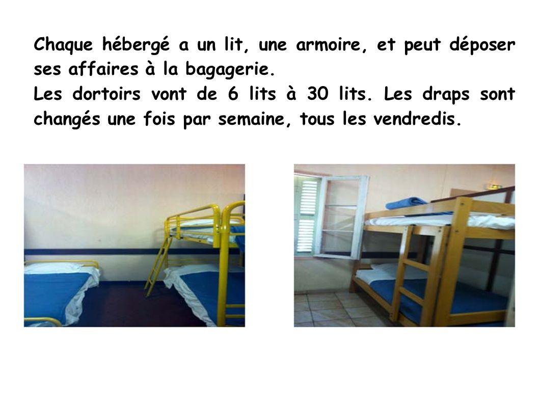 Chaque hébergé a un lit, une armoire, et peut déposer ses affaires à la bagagerie.