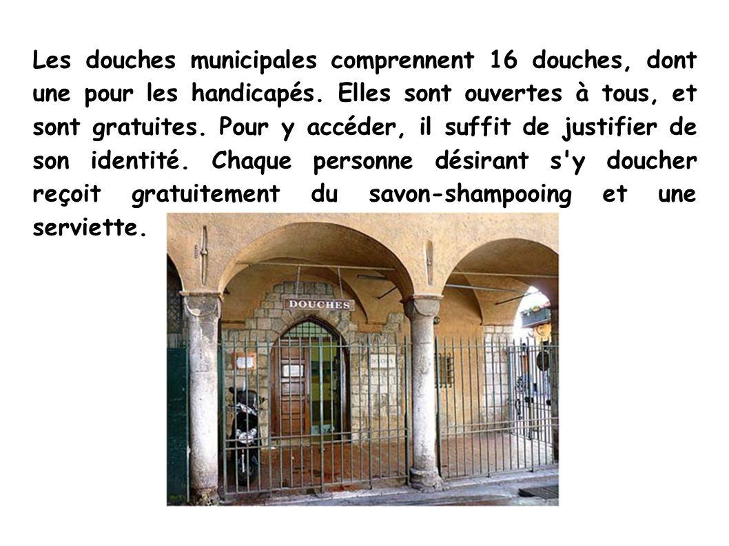 Les douches municipales comprennent 16 douches, dont une pour les handicapés.