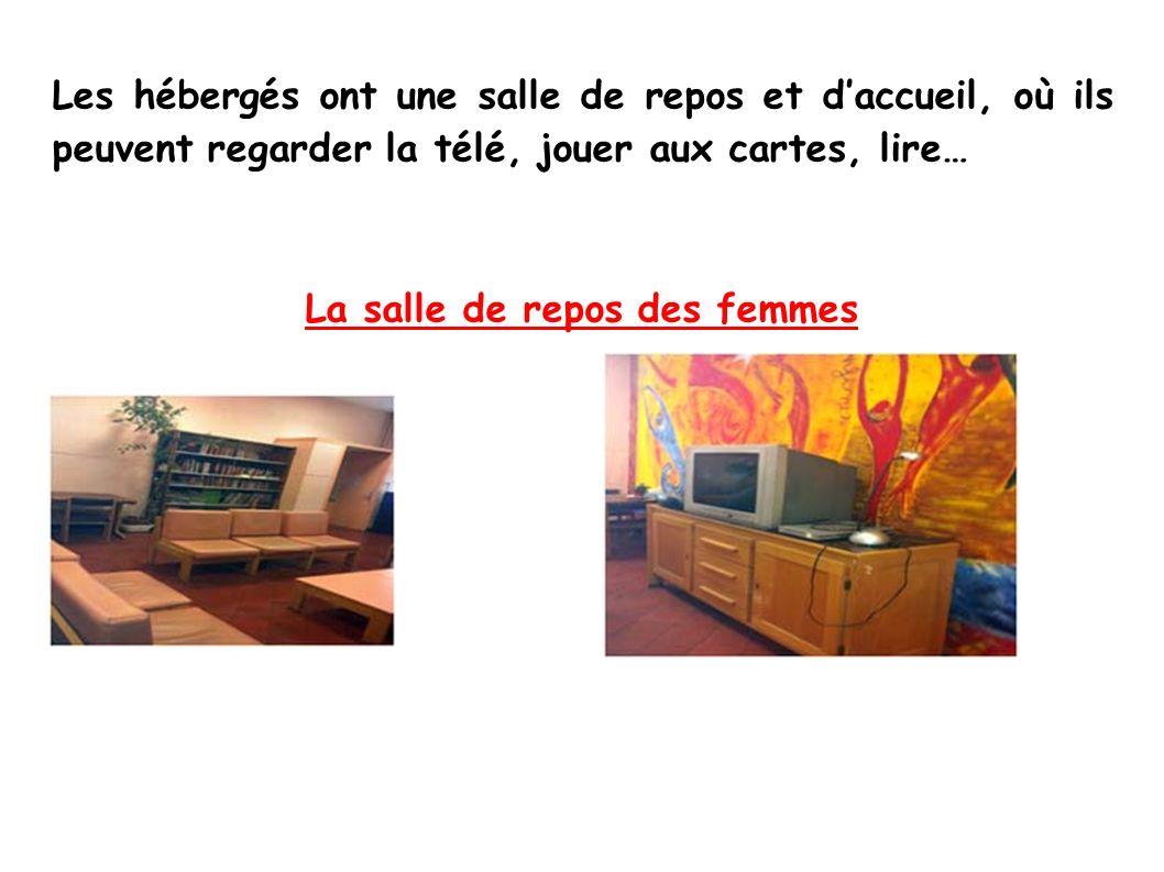 Les hébergés ont une salle de repos et daccueil, où ils peuvent regarder la télé, jouer aux cartes, lire… La salle de repos des femmes