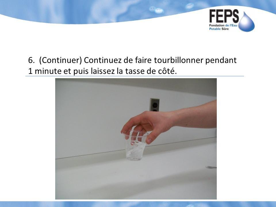 6. (Continuer) Continuez de faire tourbillonner pendant 1 minute et puis laissez la tasse de côté.