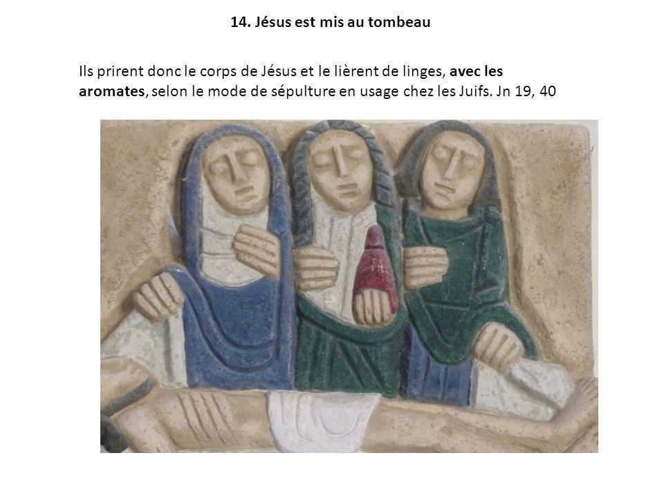 Ils prirent donc le corps de Jésus et le lièrent de linges, avec les aromates, selon le mode de sépulture en usage chez les Juifs.