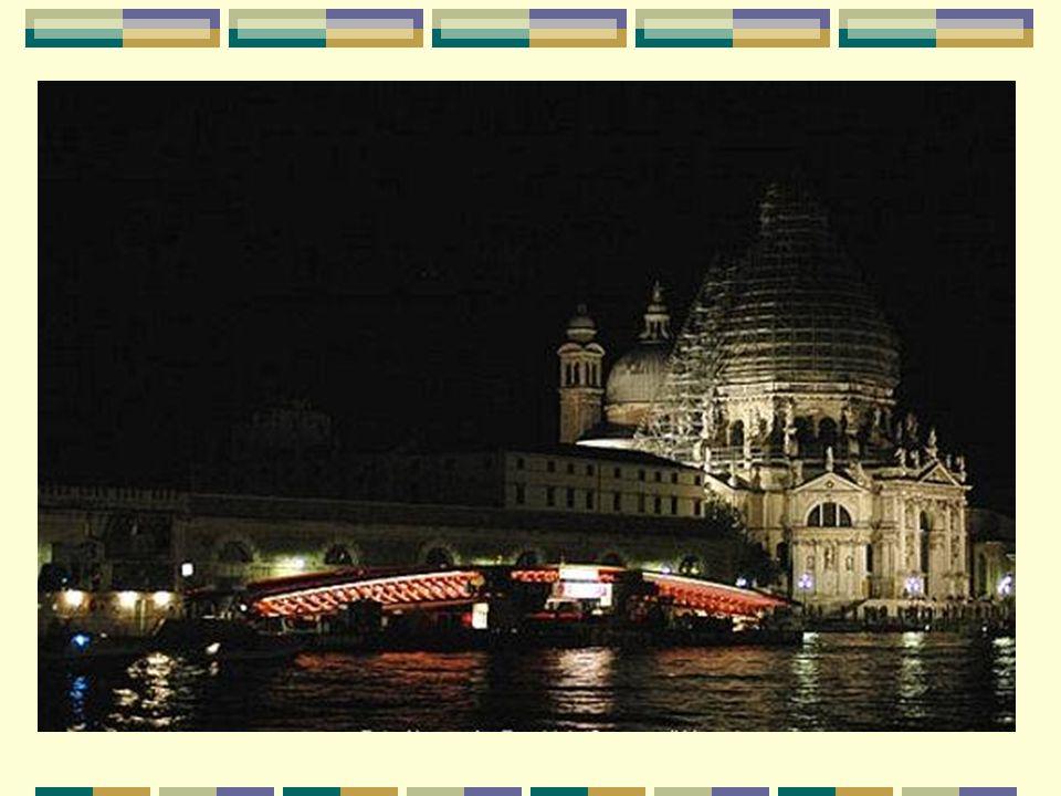 Un pont stratégique pour Venise Le nouveau pont piétonnier est situé à un endroit stratégique : entre la gare ferroviaire Santa Lucia et la Piazzale R