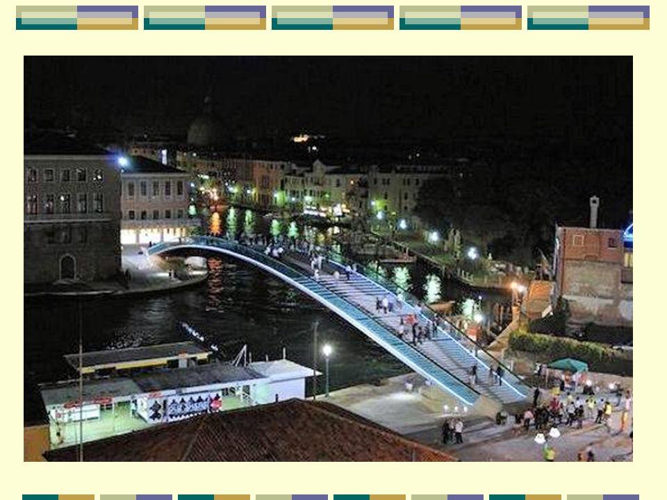 Le Grand Canal, l'artère principale Le pont de la Constitution se trouve sur le Grand Canal, en forme de S inversé, qui parcourt la ville de Venise de