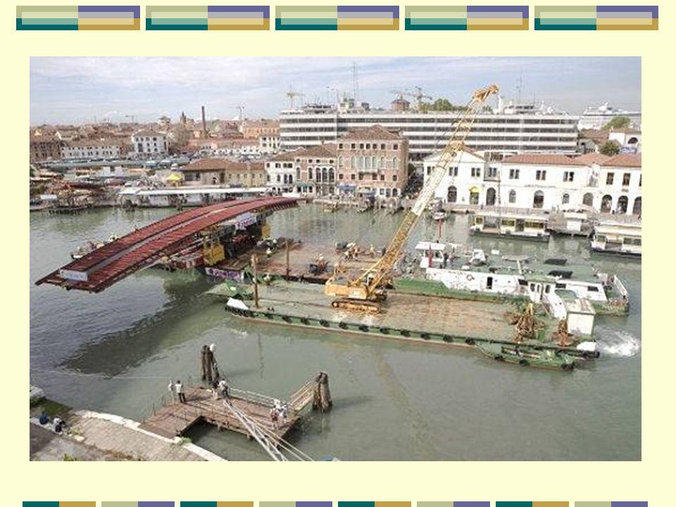Transporté par bateau Les éléments du pont ont été transportés, de nuit, par bateau en deux fois : les piliers de soutènement, de 85 tonnes chacun, da