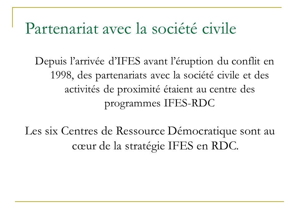 Partenariat avec la société civile Depuis larrivée dIFES avant léruption du conflit en 1998, des partenariats avec la société civile et des activités de proximité étaient au centre des programmes IFES-RDC Les six Centres de Ressource Démocratique sont au cœur de la stratégie IFES en RDC.