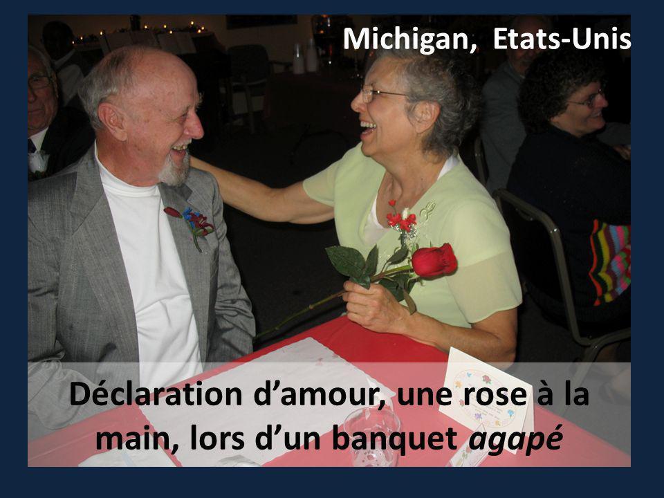 Déclaration damour, une rose à la main, lors dun banquet agapé Michigan, Etats-Unis