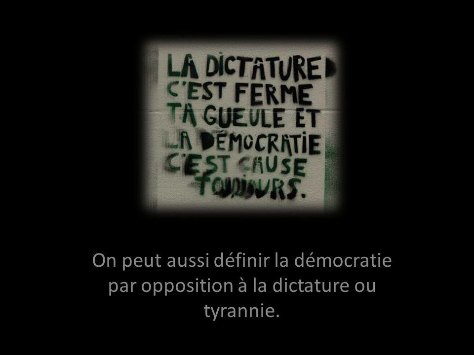On peut aussi définir la démocratie par opposition à la dictature ou tyrannie.