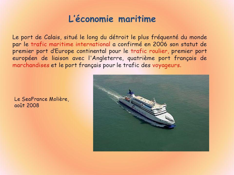 Léconomie maritime Le SeaFrance Molière, août 2008 Le port de Calais, situé le long du détroit le plus fréquenté du monde par le trafic maritime inter