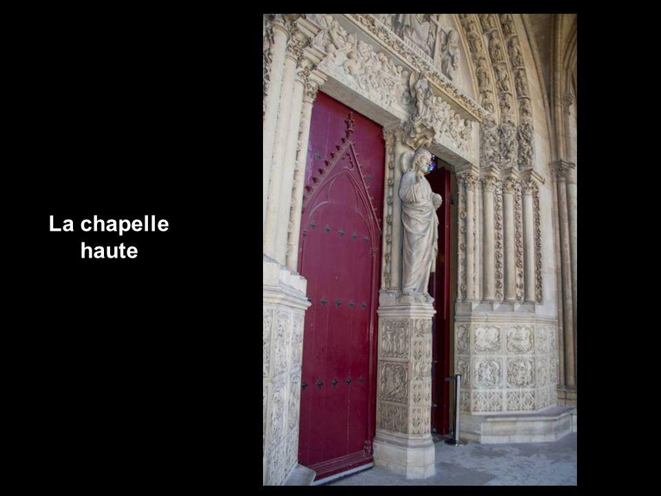 Basse de plafond, bordée de piliers massifs supportant tout le poids de l édifice, elle nexiste que pour son utilité fonctionnelle et architecturale : permettre dalléger au maximum la construction en supportant tout le poids de la chapelle haute.