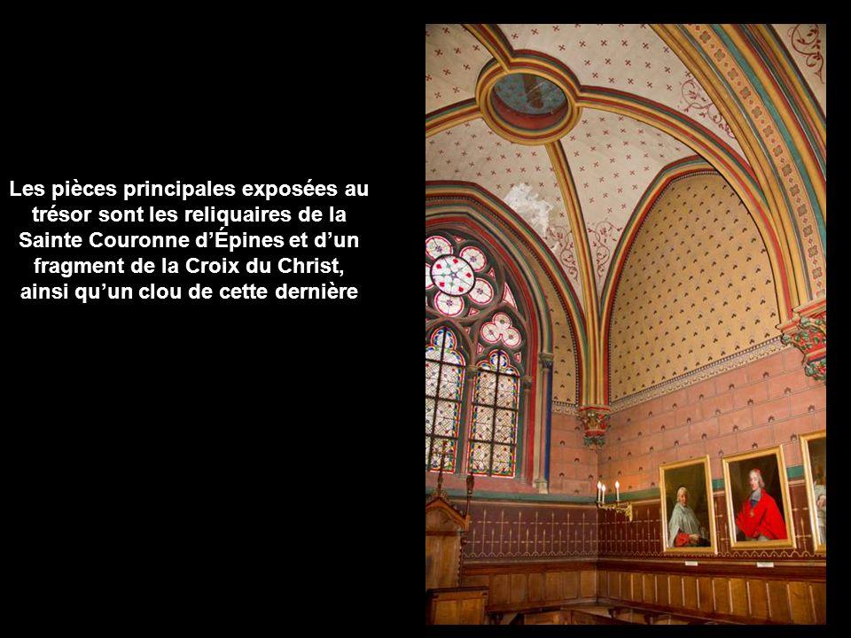 Le trésor de Notre-Dame de Paris Le trésor de Notre-Dame de Paris est exposé dans l immeuble néogothique de la Sacristie du Chapitre, construit au XIXe siècle par Viollet-le-Duc, et situé au sud du chœur de la cathédrale.
