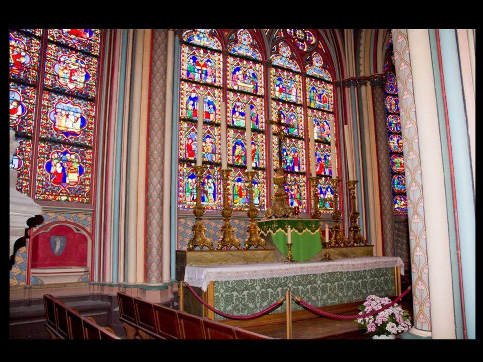 Les pièces principales exposées au trésor sont les reliquaires de la Sainte Couronne dÉpines et dun fragment de la Croix du Christ, ainsi quun clou de