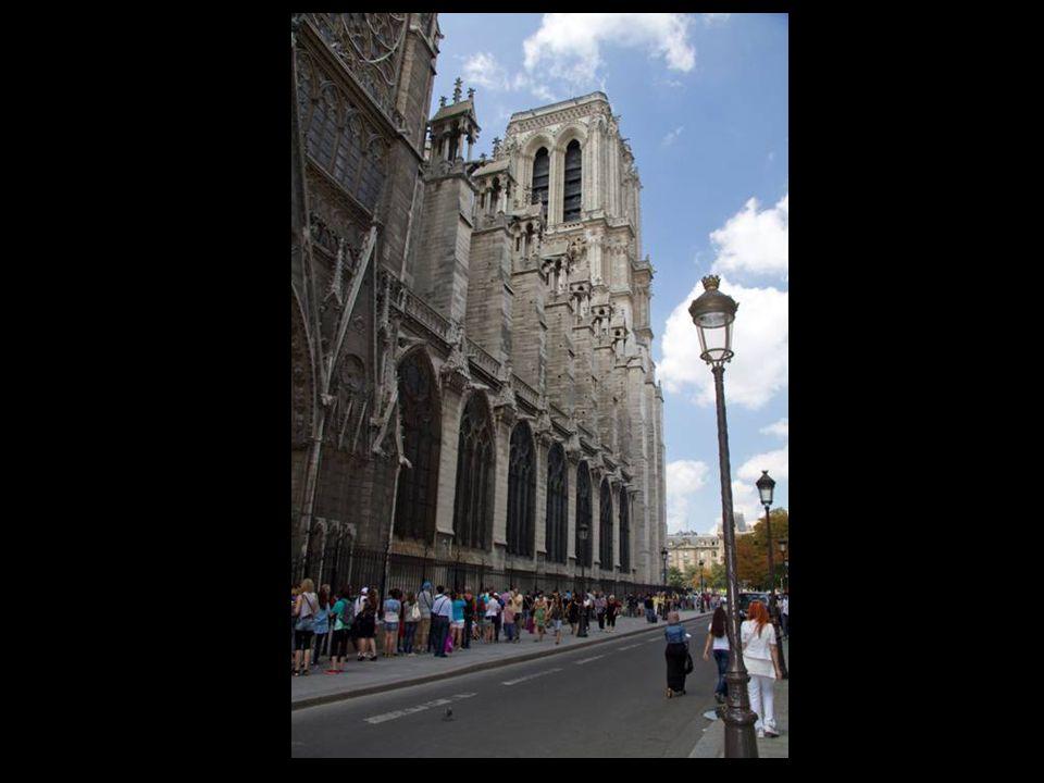 Les quatre grandes statues du piédroit de gauche du portail de la Vierge refaites au XIXe siècle représentent un roi non identifié et saint Denis déca
