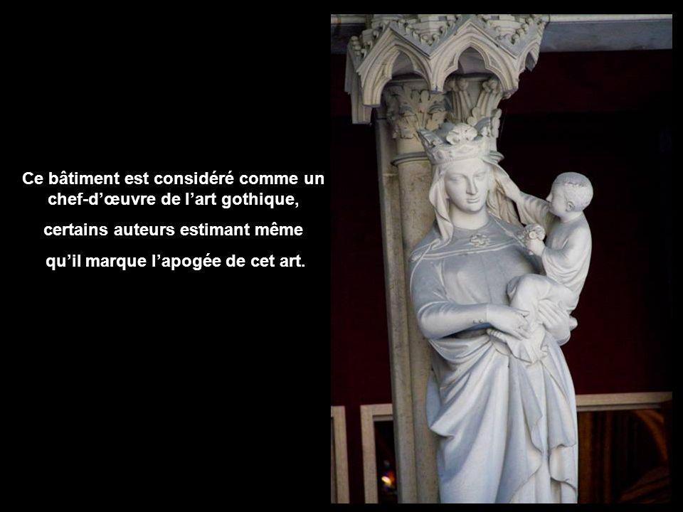 La Sainte-Chapelle est une chapelle qui fut édifiée sur lîle de la Cité, à Paris, à la demande de Saint Louis afin dabriter la Sainte Couronne, un morceau de la Saint Croix ainsi que diverses autres reliques de la Passion quil avait acquises.
