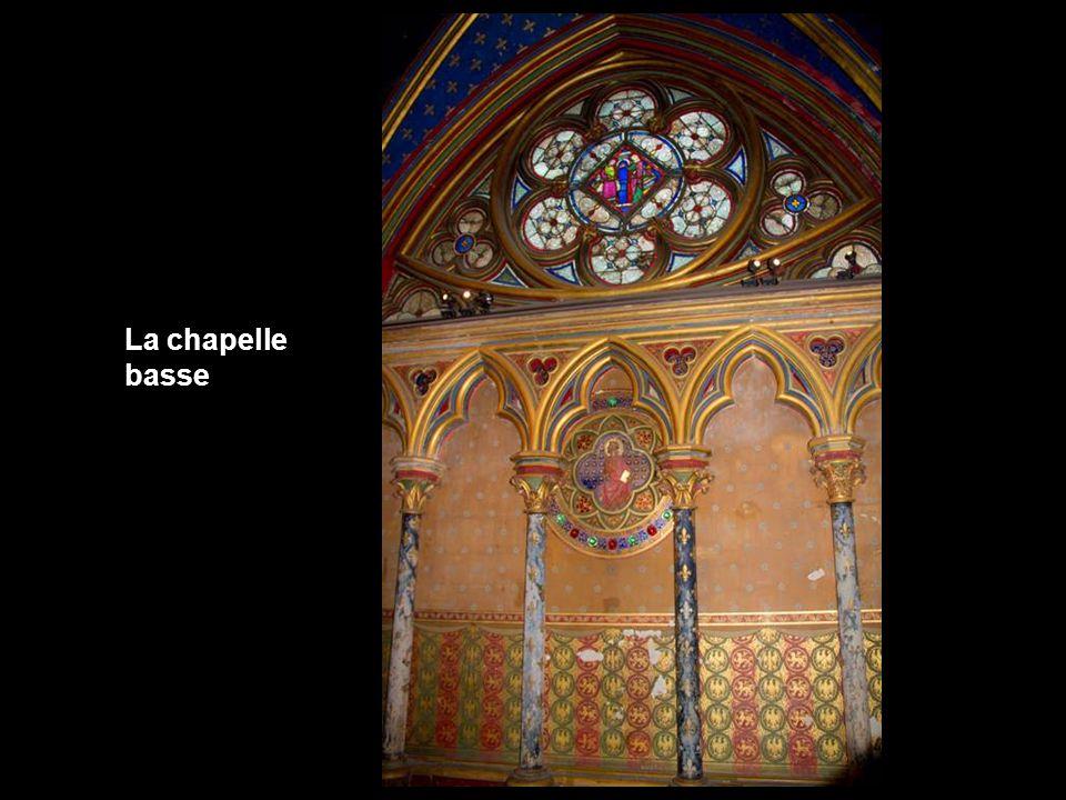 Elle superpose deux chapelles : linférieure pour les gens du commun, la supérieure pour lentourage du roi, selon un usage courant dans la construction des palais royaux du Moyen Âge.