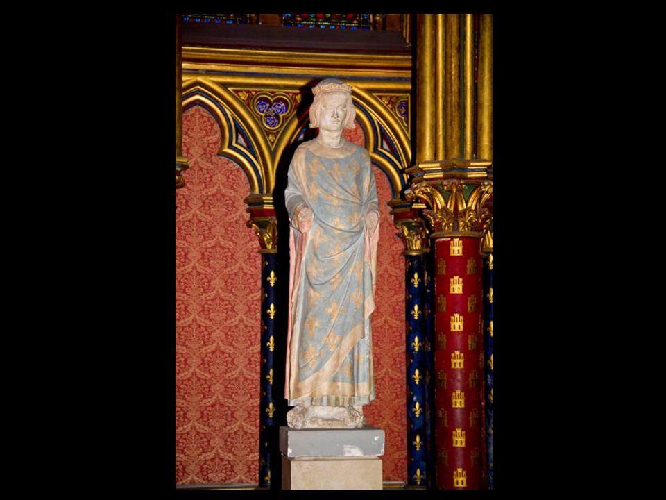 La chapelle basse, dédiée à la Vierge, était accessible aux gens de service et sert de socle à la chapelle haute