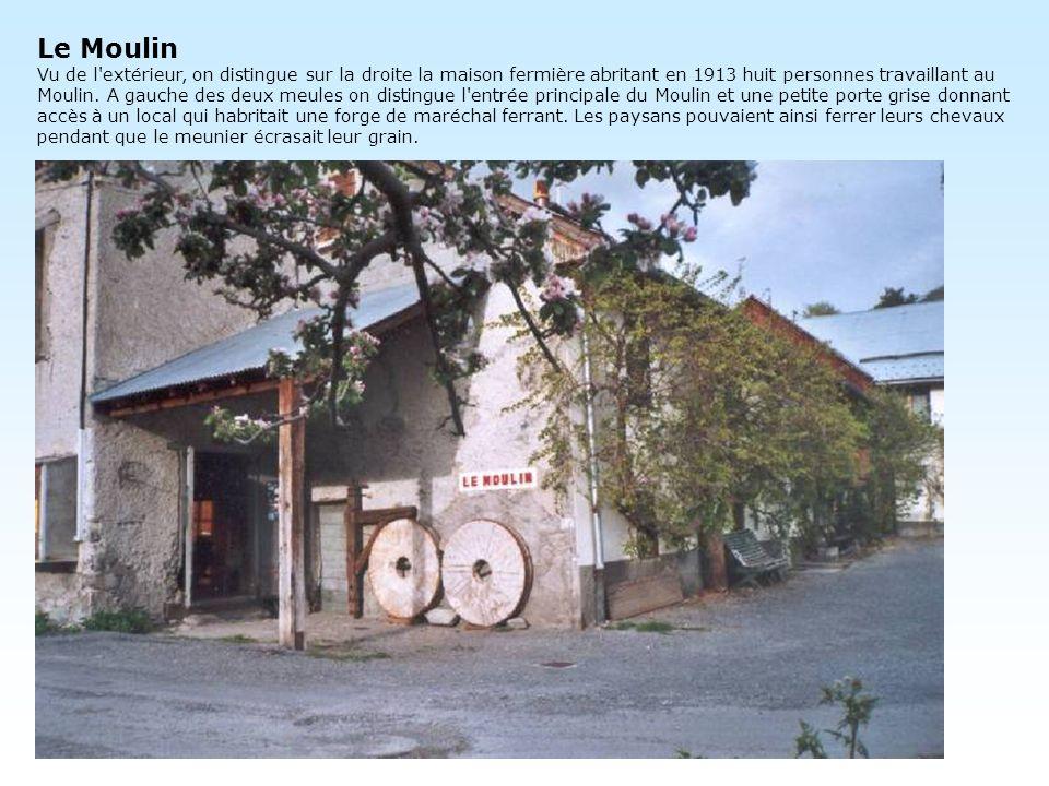 Le Moulin Vu de l'extérieur, on distingue sur la droite la maison fermière abritant en 1913 huit personnes travaillant au Moulin. A gauche des deux me