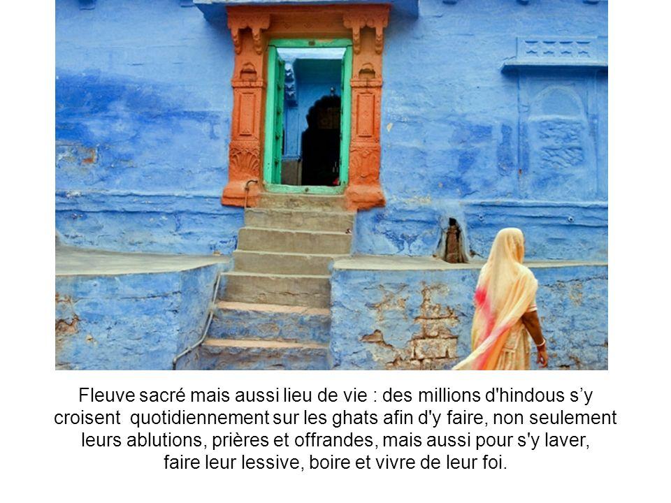 Fleuve sacré mais aussi lieu de vie : des millions d hindous sy croisent quotidiennement sur les ghats afin d y faire, non seulement leurs ablutions, prières et offrandes, mais aussi pour s y laver, faire leur lessive, boire et vivre de leur foi.