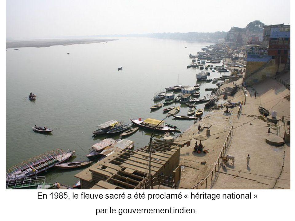 Fleuve sacré mais aussi lieu de vie : des millions d'hindous sy croisent quotidiennement sur les ghats afin d'y faire, non seulement leurs ablutions,