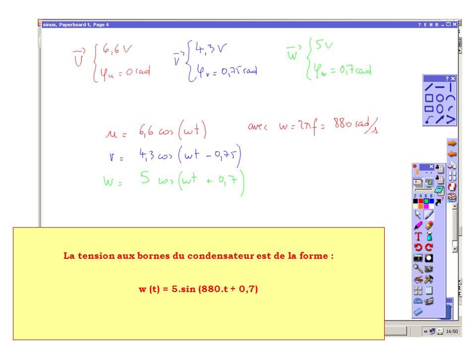 La tension aux bornes du condensateur est de la forme : w (t) = 5.sin (880.t + 0,7)