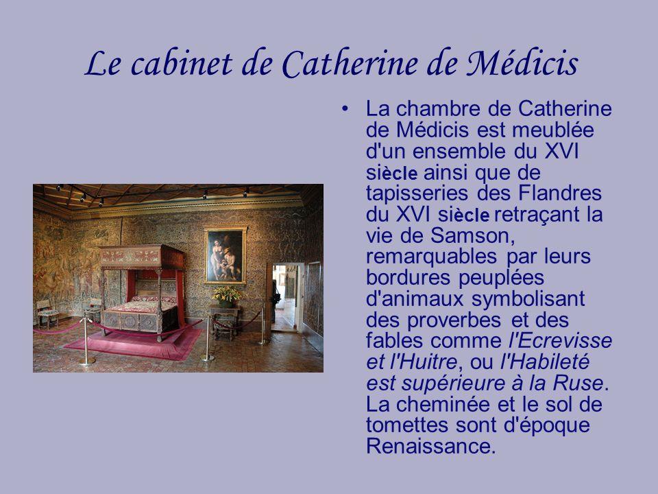 Le cabinet de Catherine de Médicis La chambre de Catherine de Médicis est meublée d'un ensemble du XVI si ècle ainsi que de tapisseries des Flandres d