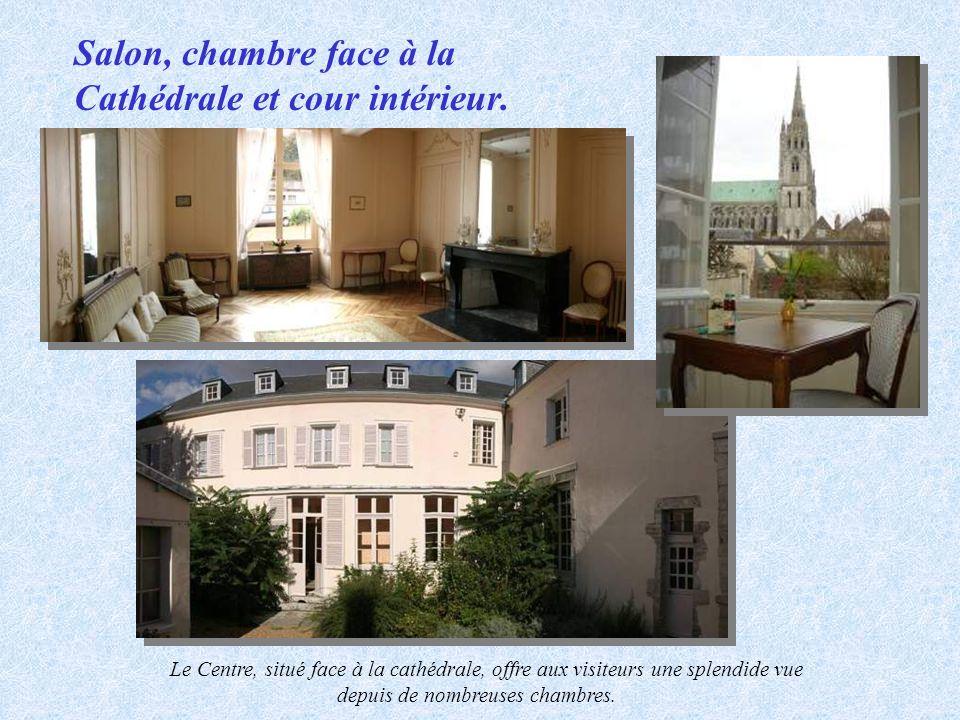 Salon, chambre face à la Cathédrale et cour intérieur. Le Centre, situé face à la cathédrale, offre aux visiteurs une splendide vue depuis de nombreus