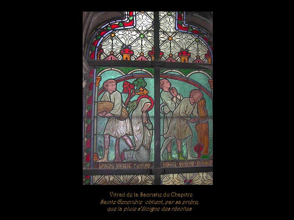 Vitrail de la Sacristie du Chapitre Sainte Geneviève remplit miraculeusement les vases destinés aux bâtisseurs