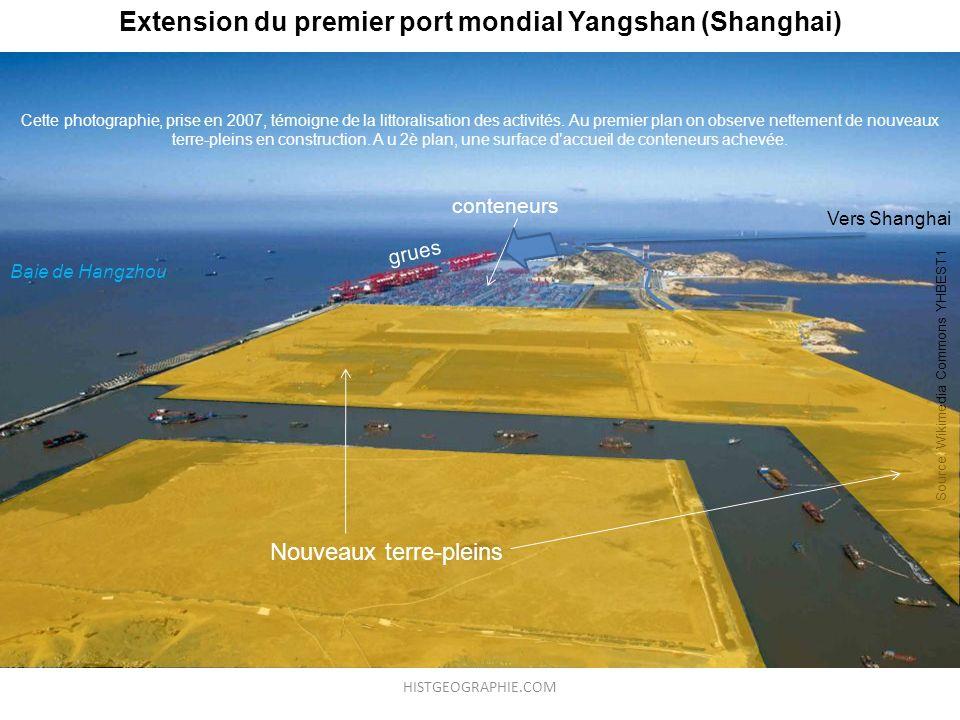 Extension du premier port mondial Yangshan (Shanghai) Cette photographie, prise en 2007, témoigne de la littoralisation des activités. Au premier plan