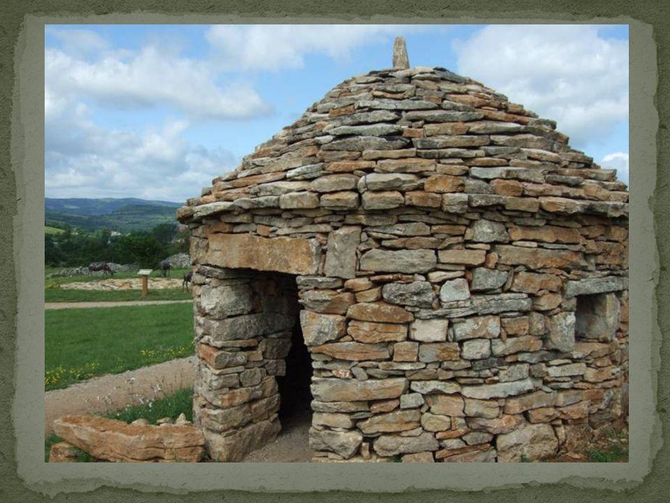 Construit à partir dun amas de pierres ramassées