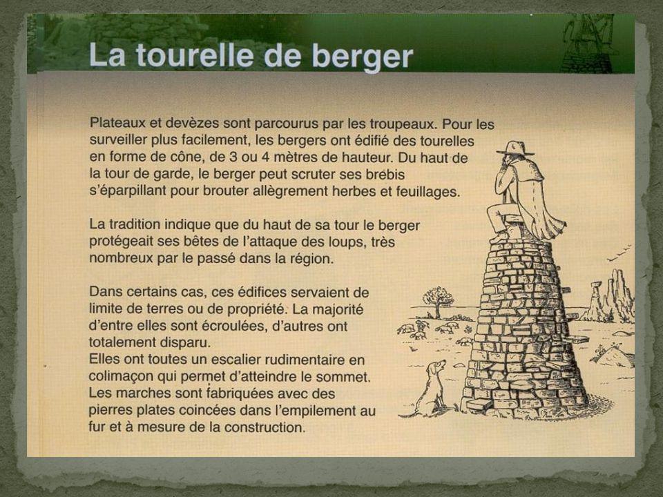 Brebis et chien fabriqués avec des morceaux de métal de toute sorte, par André DEBRU, artiste ferronnier aux Costes-Gozon (Aveyron)